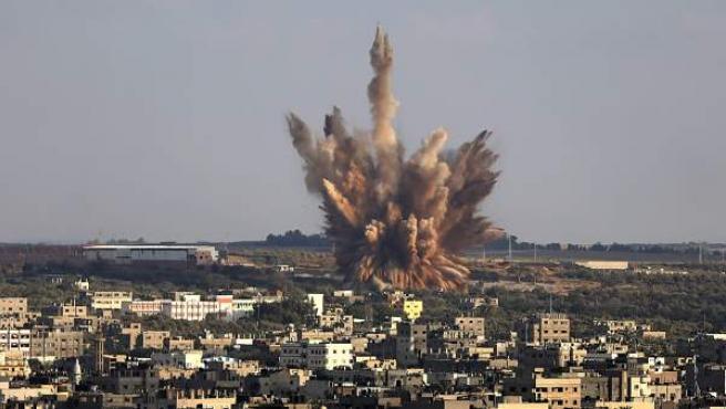 Imagen de un bombardeo israelí sobre un barrio del este de la ciudad de Gaza.