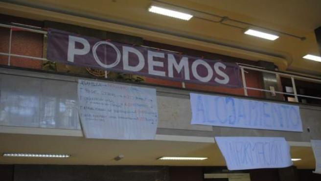 Pancarta de Podemos en la entrada de la Facultad de Filosofía de la Universidad Complutense de Madrid.