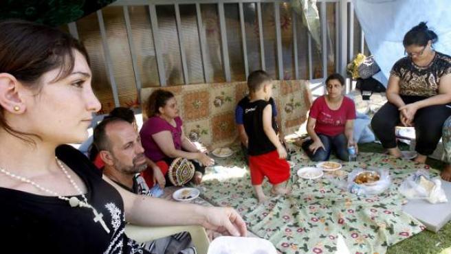 Familias iraquíes que han sido obligadas a huir de sus hogares buscan refugio en la Iglesia St. Joseph en Erbil, en el norte de Irak.