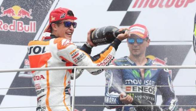 El piloto de MotoGP Marc Márquez celebra su décima victoria consecutiva de la temporada al ganar el GP de Indianápolis.