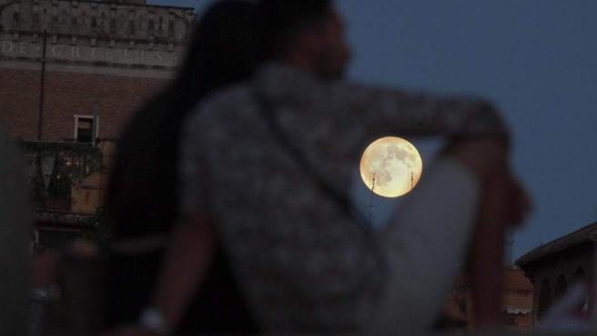 Imagen de la luna llena vista este 10 de agosto en Roma, Italia.