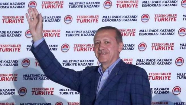 El presidente turco electo Recep Tayyip Erdogan saluda tras lograr la mayoría absoluta en los comicios presidenciales.