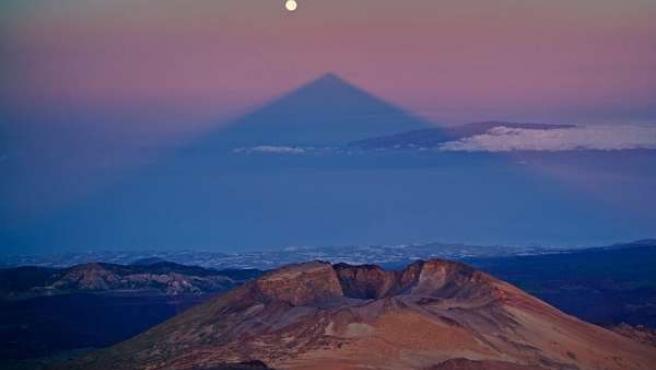 Alineación de la sombra del Teide con la Luna