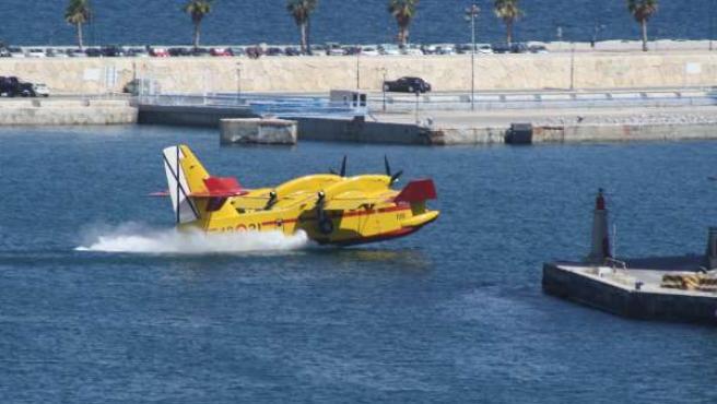 Avión coge agua incendio forestal Montes de Málaga