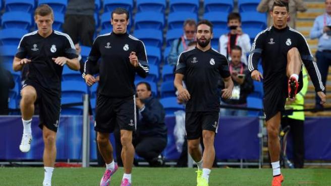 Desde la izquierda, los futbolistas del Real Madrid Toni Kroos, Gareth Bale, Daniel Carvajal y Cristiano Ronaldo, se entrenan en el estadio Cardiff City, de Cardiff, (Reino Unido).