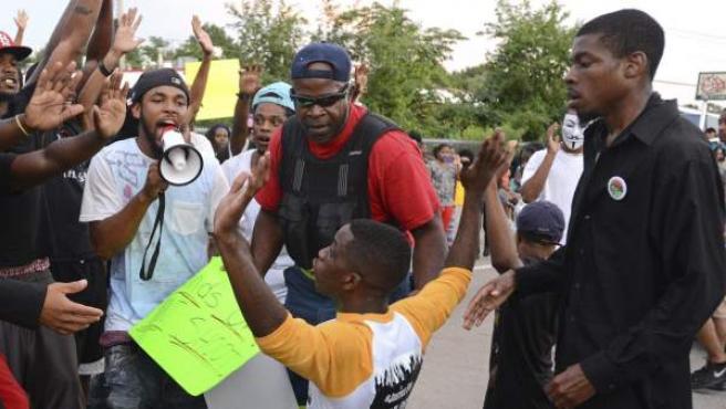 Manifestantes protestan en el lugar donde falleció el joven Michael Brown en Ferguson, Misuri.
