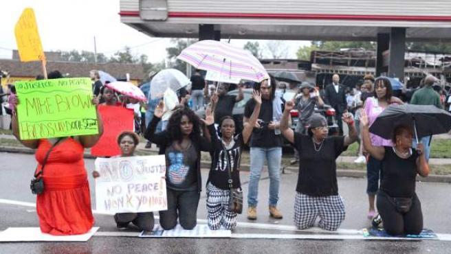 Manifestantes protestan por la muerte de Michael Brown en Ferguson, en el estado de Misuri.