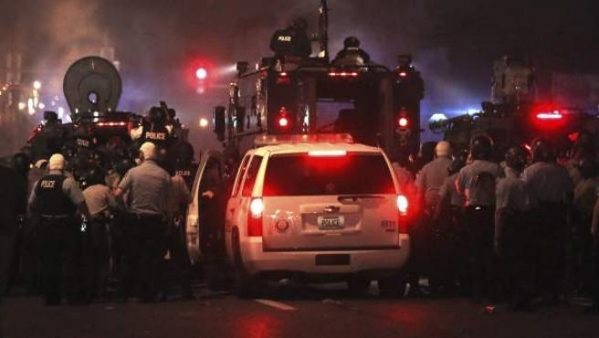 Imagen de los disturbios en Ferguson, que en la primera noche de toque de queda han dejado un herido y siete detenidos.