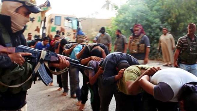 Militantes de Estado Islámico apuntan a un grupo de soldados iraquíes capturados en una base de Tikrit.