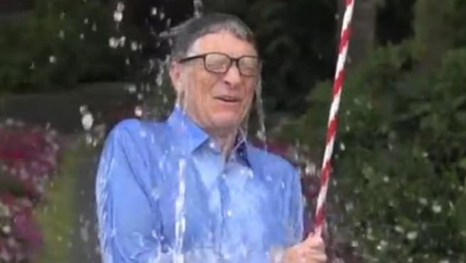 Bill Gates acepta el reto del cubo de agua helada por la lucha contra el ELA.