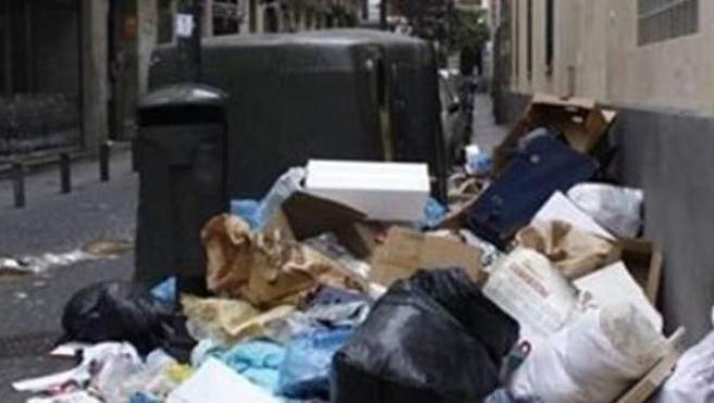 """Diversas cuentas en redes sociales denuncian la acumulación de basura y la """"porquería"""" de las calles de Madrid."""