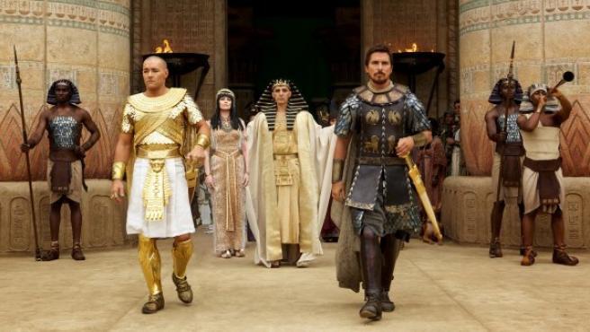 Reparto principal de la película 'Exodus', con Christian Bale en el papel de Moisés, Sigorney Weaver como su madre adoptiva, Tuya, y Joel Edgerton como Ramsés.