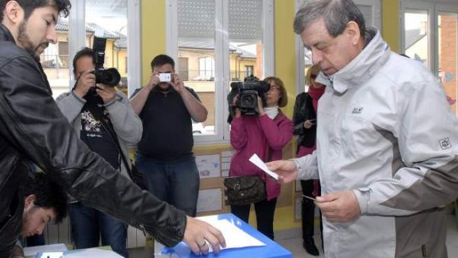 Francisco Sosa Wagner (UPyD), ejerciendo su derecho al voto en los comicios europeos su colegio electoral en la localidad leonesa de Carbajal de la Legua.