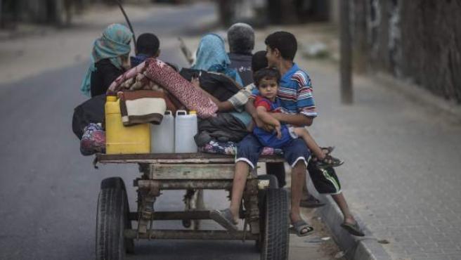 Una familia palestina huye de su casa y busca refugio en un colegio de la ONU en Khan Younis (Franja de Gaza).