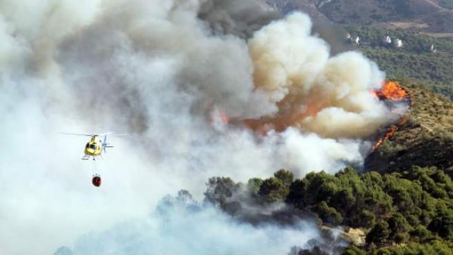 Imágenes de los trabajos de extinción de un incendio declarado en Sierra Nevada.