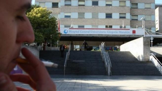 Un hombre fuma a las puertas del Hospital Gregorio Marañón en Madrid.