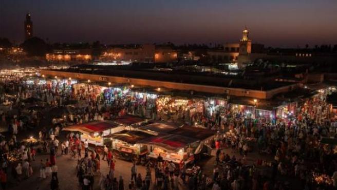 El núcleo de Marrakech es la plaza Yamaa el Fna, punto de encuentro de turistas y negocios ambulantes.