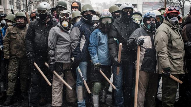 Enfrentamiento en Kiev entre manifestantes proeuropeos y policías. Foto del reportero Guillaume Herbaut