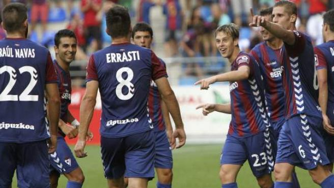 Los jugadores del Eibar felicitan a Javi Lara por su gol ante la Real Sociedad en el debut de los armeros en Primera División.
