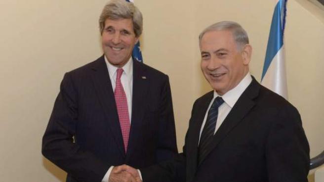 El secretario de Estado norteamericano John Kerry saluda al primer ministro israelí, Benjamin Netanyahu, en un encuentro entre ambos en Jerusalén.