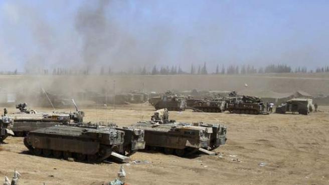 Vehículos militares blindados aparcados en una base próxima a la frontera con la franja de Gaza. Israel y Hamás entran en el segundo día del cese del fuego de 72 horas acordado en Egipto.