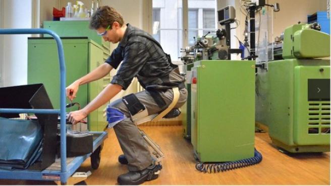Una compañía suiza ha creado un traje robótico que permite a su usuario sentarse en el aire, sin necesidad de sillas. El proyecto, llamado 'Chairless Chair', está fabricado en fibra de carbono, por lo que pesa alrededor de 1,8 kilogramos. El objetivo de esta iniciativa, aún en fase de prototipo, es que los trabajadores que tengan que pasar largas jornadas de pie tengan la oportunidad de descansar en cualquier lugar.