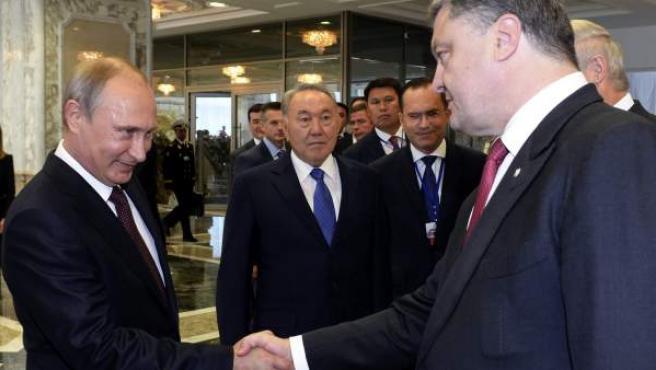 El presidente de Ucrania, Petró Poroshenko (d), saluda al presidente ruso, Vladímir Putin (i), a su llegada a una cumbre política para líderes de estado celebrada en Minsk (Bielorrusia).