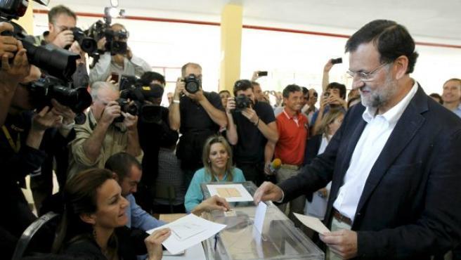 El líder del PP, Mariano Rajoy, deposita su voto en las elecciones municipales y autonómicas de 2011 en el colegio madrileño Bernadette de Aravaca.