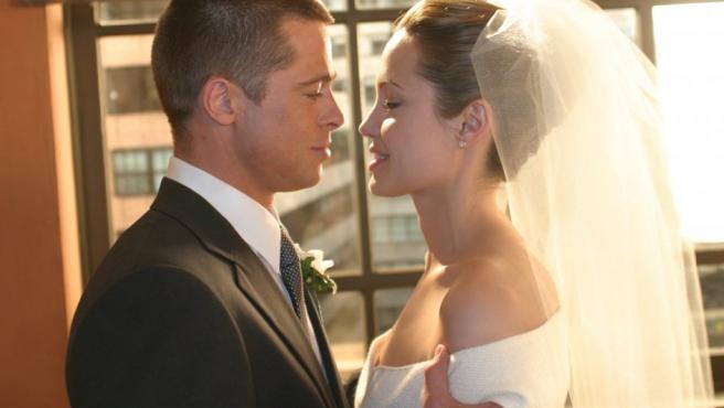 Brad Pitt y Angelina Jolie en una imagen de la película Mr. y Mrs. Smith (2005), donde se conocieron.