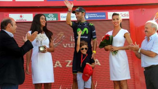 Sebastián Pérez entrega el premio como ganador de la etapa a Valverde