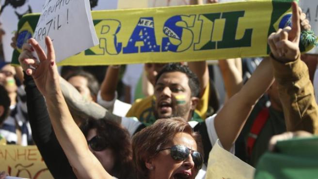 Un grupo de personas participa en una concentración en Brasil.