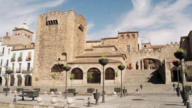 Torre de Bujaco y Arco de la Estrella en la Plaza Mayor de Cáceres.