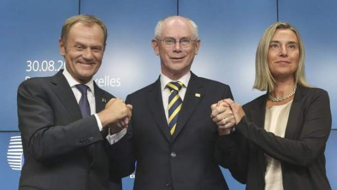 El primer ministro polaco, Donald Tusk (i), el presidente del Consejo Europeo, Herman Van Rompuy (c) y la ministra italiana de Asuntos Exteriores, Federica Mogherini (d).