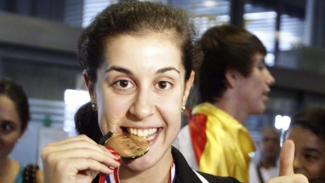 La española Carolina Marín posa con la medalla de oro.