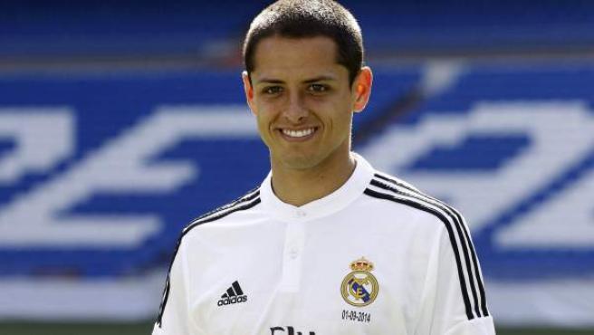El delantero mexicano Javier Chicharito Hernández, posa durante su presentación como nuevo jugador del Real Madrid.