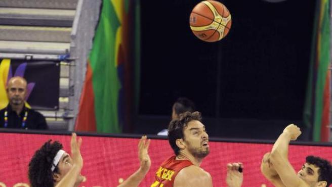 Los brasileños Rulzinho Neto (d) y Anderson Varejao (i) luchan un balón con el pívot de la seleccion española Pau Gasol (c), durante el partido de la tercera jornada de la Copa del Mundo de Baloncesto 2014, grupo A.