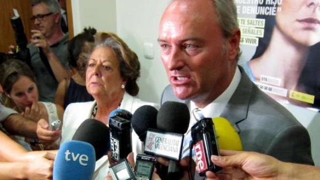 Alberto Fabra atiende a los periodistas acompañado por Rita Barberá.