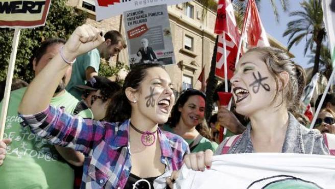 Varias estudiantes, durante una manifestación que en Murcia contra los recortes y la reforma educativa.
