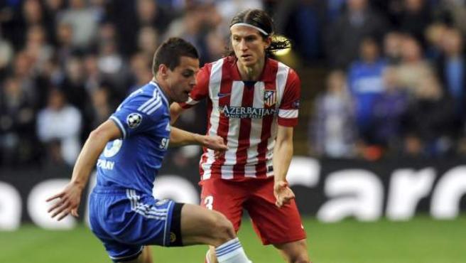 El defensa español del Chelsea Cesar Azpilicueta (i) intenta controlar el balón ante el lateral izquierdo brasileño del Atlético de Madrid Filipe Luis.
