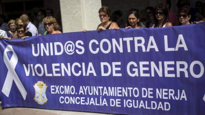 Concentración en repulsa al asesinato por violencia machista de Ana María Marquez, directora del Museo de Historia de Nerja en la plaza de España a las puertas de dicho museo.