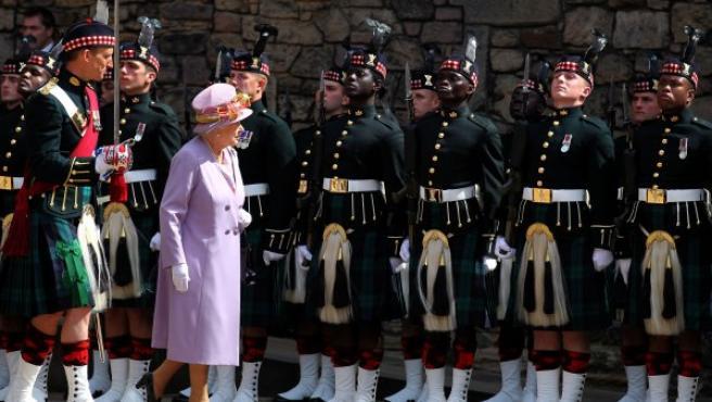 La reina Isabel II asiste a un acto conmemorativo en el castillo de Edimburgo (Escocia).