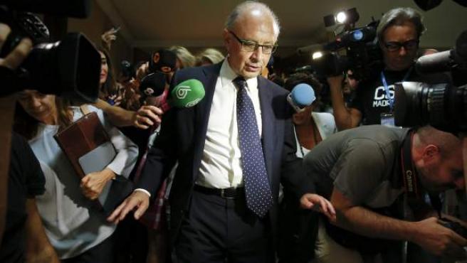 El ministro de Hacienda y Administraciones Públicas, Cristóbal Montoro, tras su comparecencia ante la comisión del Congreso.