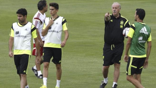 El entrenador de la selección española, Vicente del Bosque (2d), durante el entrenamiento realizado por la selección española en Las Rozas el 2 de septiembre de 2014.