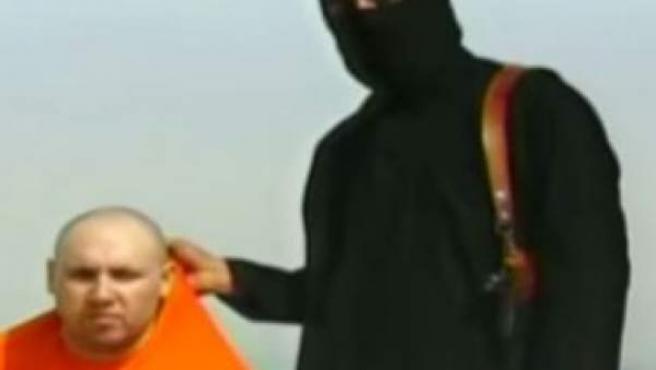 Un miembro del Estado Islámico sostiene al periodista Steven Sotloff, al que amenazan con matar, durante el vídeo de la capitación de Foley.
