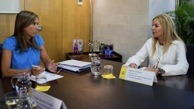 La ministra de Sanidad, Servicios Sociales e Igualdad, Ana Mato (i), junto a la presidenta del Observatorio contra la Violencia de Género del Consejo General del Poder Judicial, Ángeles Carmona.