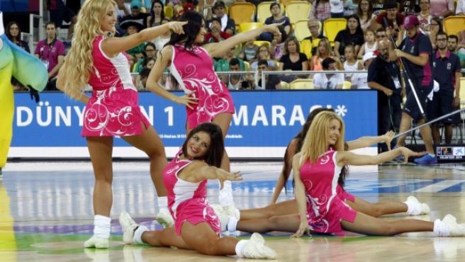 Varias animadoras realizan un número de baile durante un descanso del partido perteneciente al grupo D de la Copa del Mundo de Baloncesto 2014 entre México y Australia, celebrado en Las Palmas de Gran Canaria.