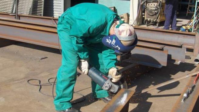 Un trabajador en una empresa del sector de la construcción.