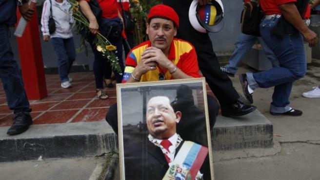 Cientos de venezolanos se concentran en Caracas para despedir el cortejo fúnebre del fallecido presidente venezolano, Hugo Chávez.