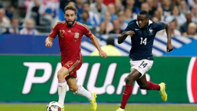 El jugador de la selección de España Dani Carbajal (i), y el frnacés Blaise Matudi durante el partido amistoso jugado en París.