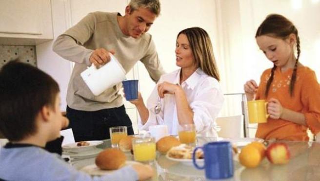 El hábito de un buen desayuno en familia, enseña al niño.